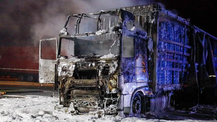 """Truck ging in Flammen auf..LKW im Vollbrand auf der Rastanlage Aurach - Erlanger Feuerwehr im Großeinsatz..""""Feuer im Führerhaus eines Lastwagens"""" lautete die Einsatzmeldung bei der Erlanger Feuerwehr am frühen Mittwochmorgen. Auf der Rastanlage Aurach an der A3 in Richtung Würzburg war die Zugmaschine eines dort parkenden Sattelzuges aus noch ungeklärter Ursache in Brand geraten. Da bei Alarmierung noch unklar war, ob sich möglicherweise noch jemand in der Fahrerkabine befand, rückten neben der Ständigen Wache auch die freiwillige Feuerwehr Steudach sowie der Rettungsdienst an..Der Fahrer des LKW hatte sich jedoch rechtzeitig in Sicherheit bringen können und blieb unverletzt. Bei Eintreffen der ersten Einsatzkräfte hatten sich die Flammen jedoch bereits vom Motorraum auf die gesamte Zugmaschine und den halben Sattelauflieger ausgebreitet. Beladen war der Truck mit Kunststoffpaletten, die dem Feuer reichlich Nahrung und gute Luftzufuhr gaben.."""