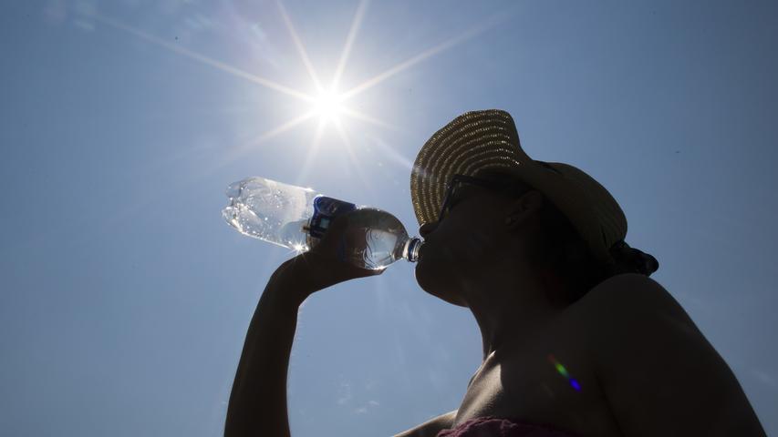 Große Hüte, lockere Oberteile und lange Kleider: Klamotten können helfen, die Haut vor gefährlichen UV-Strahlen zu schützen. Trotzdem sollte man die Haut eincremen. Tipp: Vor allem beim Sport im Sommer sollte man eine Kappe tragen. Eine Sonnenbrille mit UV-Schutz sollte ebenfalls Pflicht sein.