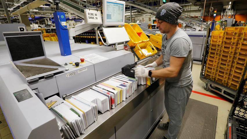 An der Briefsortiermaschine arbeitet Kirill Kast erst seit drei Monaten.