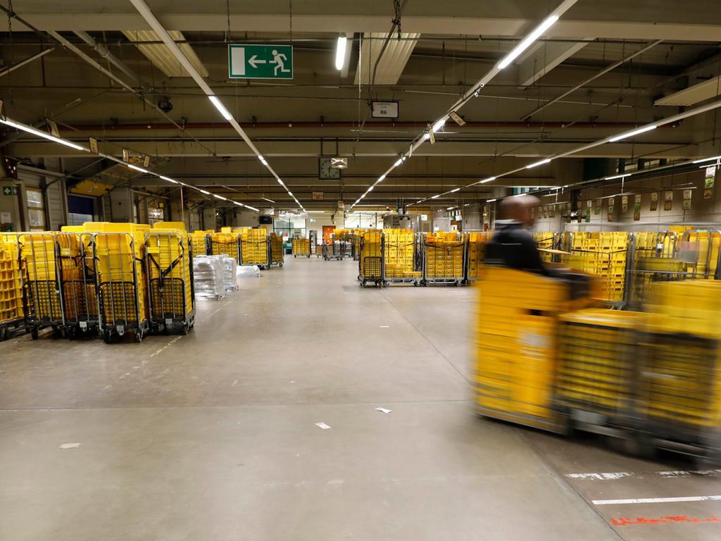 Nürnberg , am 13.02.2020..Ressort: Lokales Foto: Stefan Hippel ..Langwasser, Post Briefzentrum..Nacht(ge)schichten, Nachtschichten, Nachtreportage, Briefverteilung, Briefpost,