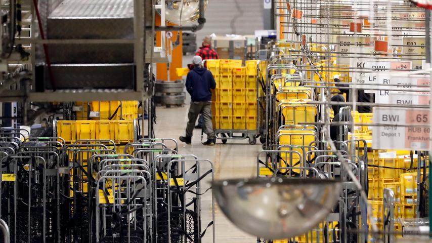 Das Briefzentrum Langwasser verarbeitet alle Post, die von auswärts in die Region kommt. Und in einem zweiten Schritt kümmert sie sich um Post, die vom Großraum aus in die Welt hinaus geht.