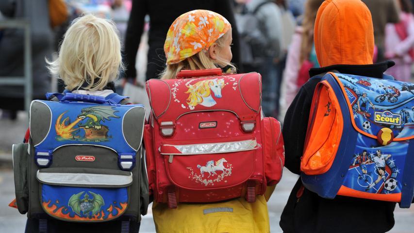 Die Eltern von intergeschlechtlichen Kindern dürfen keine geschlechtsangleichenden Operationen an ihrem Nachwuchs mehr vornehmen lassen. Mit Inkrafttreten des Gesetzes Anfang Juni sind Behandlungen verboten, die das körperliche Erscheinungsbild eines Kindes an das des männlichen oder des weiblichen Geschlechts angleichen sollen. Ausnahmen sind nur erlaubt, wenn der Eingriff medizinisch nicht aufschiebbar ist und von einer interdisziplinären Kommission befürwortet wird. Schätzungen gehen von etwa 160.000 Menschen in Deutschland aus, die mit nicht eindeutig ausgebildeten Geschlechtsmerkmalen geboren wurden.