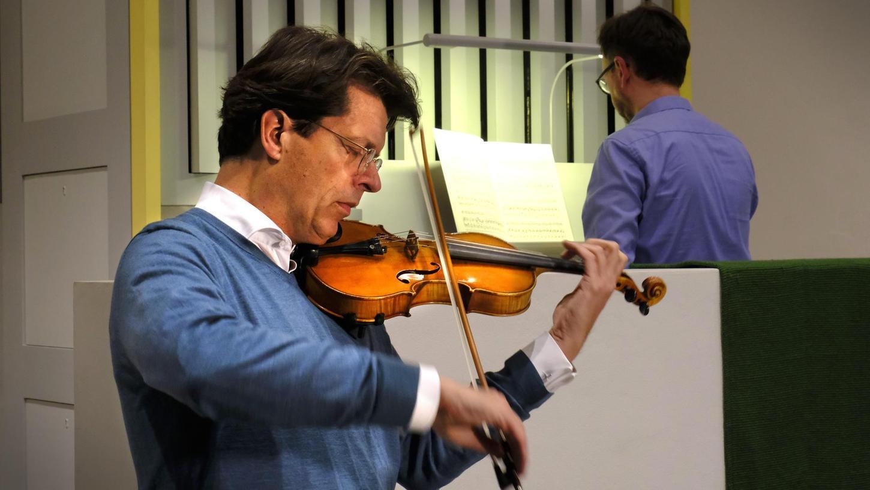 Kürzlich in der Evangelischen Kirche, kurz nach 22 Uhr: Schaeffler-Vorstandsvorsitzender Klaus Rosenfeld (vorne) probt mit Gerald Fink.