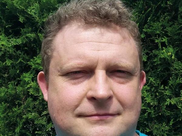 Tomasz Piątek (45), hat eine bunte Vita. Bereits als Schüler in Warschau moderierte er eine TV-Sendung. Er studierte in Mailand, arbeitete dort als Übersetzer und Regieassistent beim Fernsehen. Später war er Korrespondent, hatte aber auch Alkohol- und Drogenprobleme. Über diese Phase schrieb er einen Roman. Er war auch Werbetexter. Heute ist er in Polen einer der wichtigsten Investigastivjournalisten.
