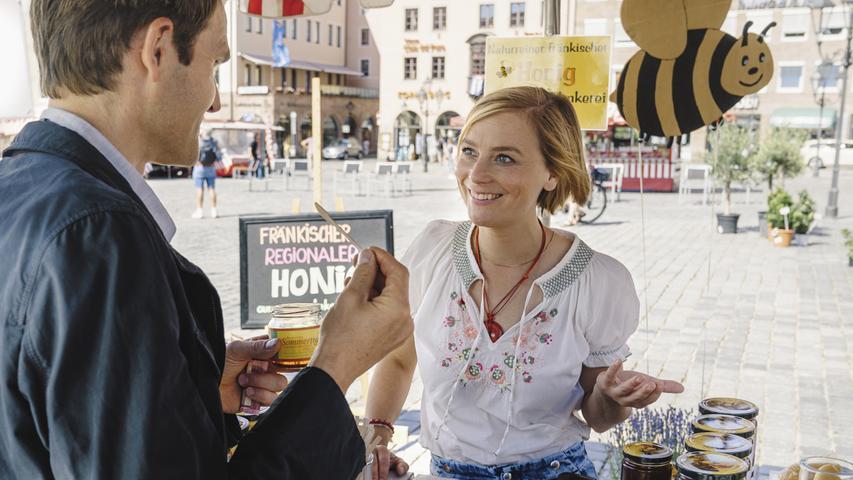 Noch deutet nichts auf einen neuerlichen Mordfall hin. Das verschafft Kommissar Voss (Fabian Hinrichs) die Gelegenheit, einen friedlichen Morgen zu genießen und auf dem Nürnberger Hauptmarkt mit der Honigverkäuferin seines Vertrauens zu flirten.