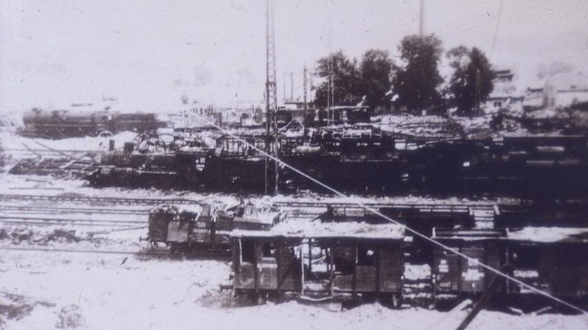 Auf fast jedem Gleis des Treuchtlinger Bahnhofs treffen die US-Bomber am 23. Februar 1945 Güter- und Personenzüge. Das Bild zeigt die Zerstörungen.