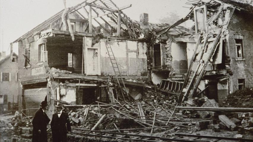 Ein zerstörtes Haus in der Treuchtlinger Stadtmitte - vermutlich in der Bahnhofstraße - nach den beiden schweren Bombenangriffen vom 23. Februar und 11. April 1945. Die Behelfsgleise im Vordergrund dienten dem Einsatz von Loren zum Beseitigen der Trümmer.
