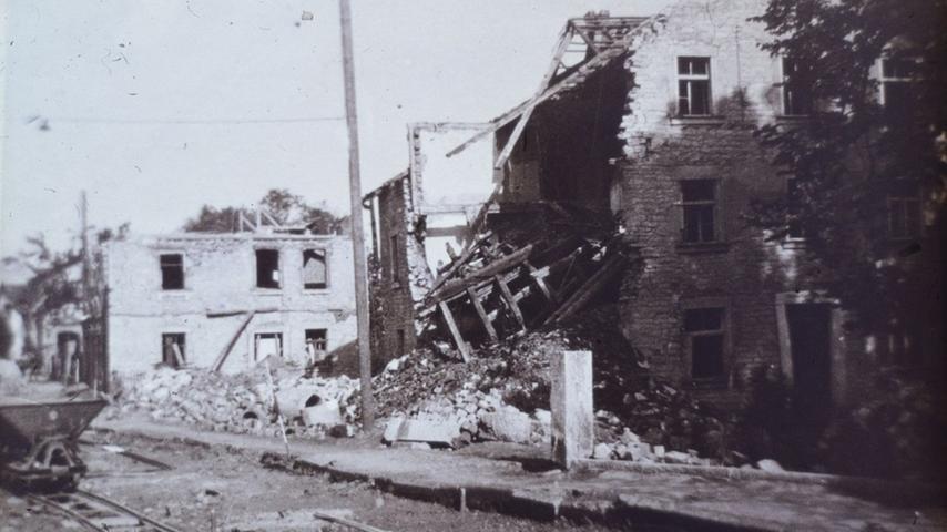 Zerstörte Häuser in der Treuchtlinger Stadtmitte nach den beiden schweren Bombenangriffen vom 23. Februar und 11. April 1945. Die Behelfsgleise links dienten dem Einsatz von Loren zum Beseitigen der Trümmer.
