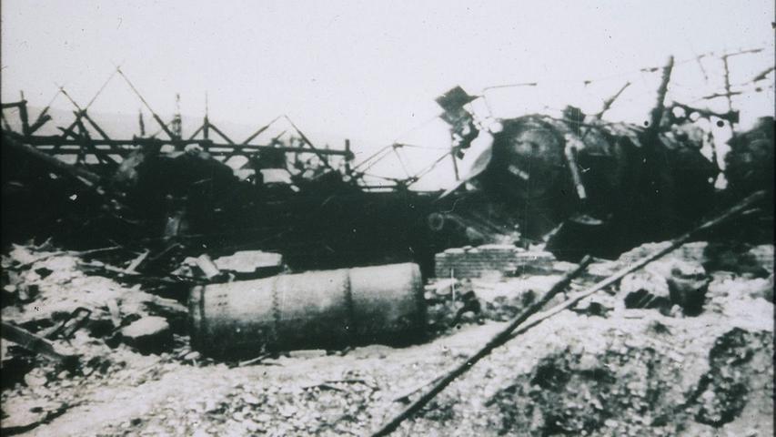 Zerstörte Dampflokomotiven, Tanks und Unterstände im Treuchtlinger Bahnhof nach den verheerenden Luftangriffen vom 23. Februar und 11. April 1945. Das Bild könnte die Überreste des Lokschuppens im Bahnbetriebswerk zeigen.