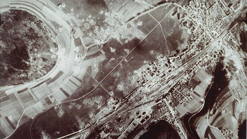 Luftaufnahme nach dem zweiten Angriff auf Treuchtlingen am 11. April 1945: Gut zu erkennen sind die Bombentrichter rund um Bahnhof und Kästleinsmühle (oben links) sowie in der Bildmitte die damals noch schnurgerade Altmühl.