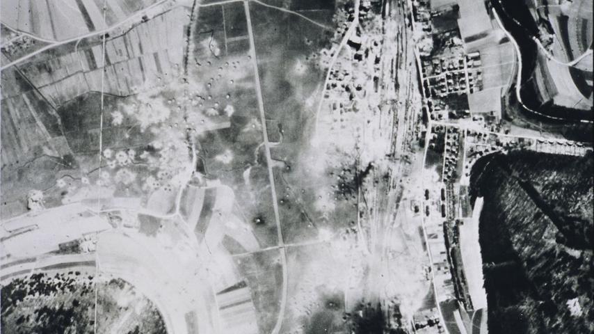 Luftaufnahme nach dem zweiten Angriff auf Treuchtlingen am 11. April 1945: Gut zu erkennen sind die Bombentrichter rund um Bahnhof und Kästleinsmühle (links) sowie in der Bildmitte die damals noch schnurgerade Altmühl.