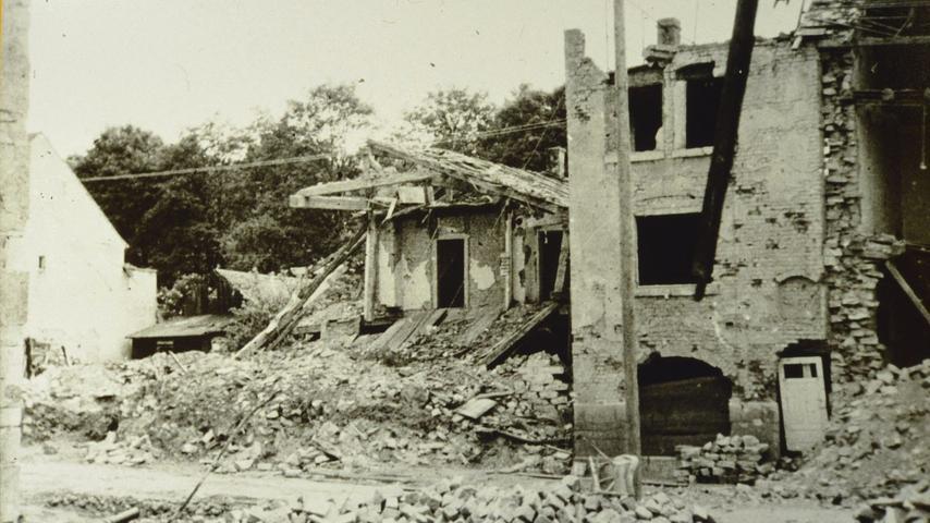 Zerstörte Häuser in der Treuchtlinger Stadtmitte nach den schweren Bombenangriffen vom 23. Februar und 11. April 1945.