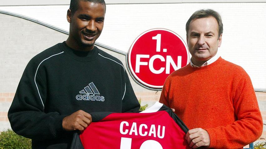 Erraten? Von Türkgücü München wechselte Cacau 2001 in die zweite Mannschaft des 1. FC Nürnberg, wo er so positiv auffiel, dass er ein halbes Jahr später bereits ins Erstligateam des FCN hochgezogen wurde. Schon in seinem zweiten Einsatz erzielte der Stürmer zwei Tore, was die 2:4-Niederlage gegen Leverkusen allerdings auch nicht verhindern konnten. Der