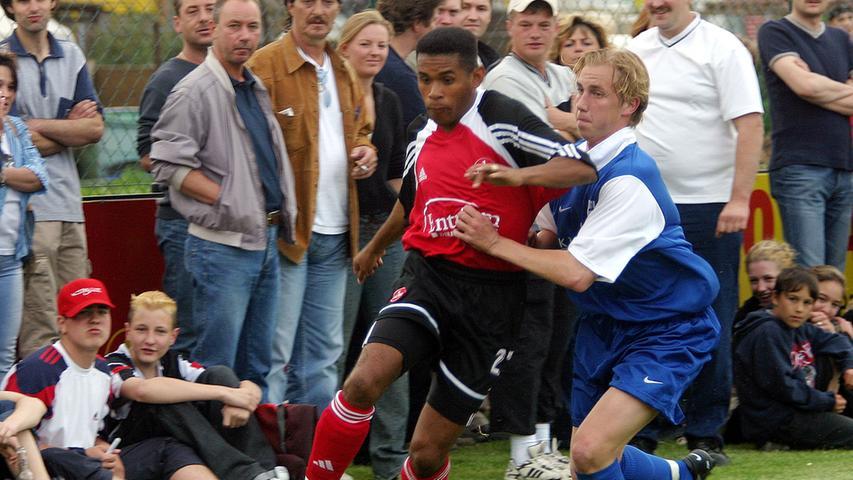 Werden Erinnerungen wach? Nach seinem Wechsel vom 1. FC Kaiserslautern zum Club im Jahr 2000 stieg Jesus Junior am Ende der Saison gleich in die Bundesliga auf, war allerdings nur 15 Mal zum Einsatz gekommen. Stattdessen war er 17 Mal in der Oberliga Bayern für die zweite Mannschaft aufgelaufen. Auch im Oberhaus konnte sich der heute 42-Jährige nicht durchsetzen und stand bei neun Einsätzen insgesamt nur 362 Minuten auf dem Platz. Nachdem der eigentlich geplante Wechsel zum SV Waldhof Mannheim 2002 geplatzt war, kämpfte Jesus Junior sich zur Rückrunde 2002/03 in die Startelf und traf in 20 Spielen dreimal. Im Sommer 2003 verließ er Nürnberg dennoch in Richtung Kärnten.