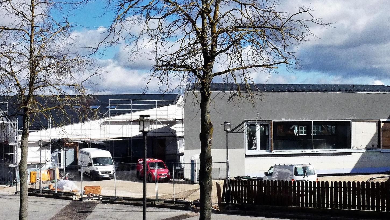 Auf dem Rathausvorplatz in Seubersdorf wachsen der Bürgersaal und die Bibliothek in die Höhe. Hier investiert die Gemeinde 6 320 000 Millionen Euro und die Einwohner freuen sich auf die neuen Einrichtungen.