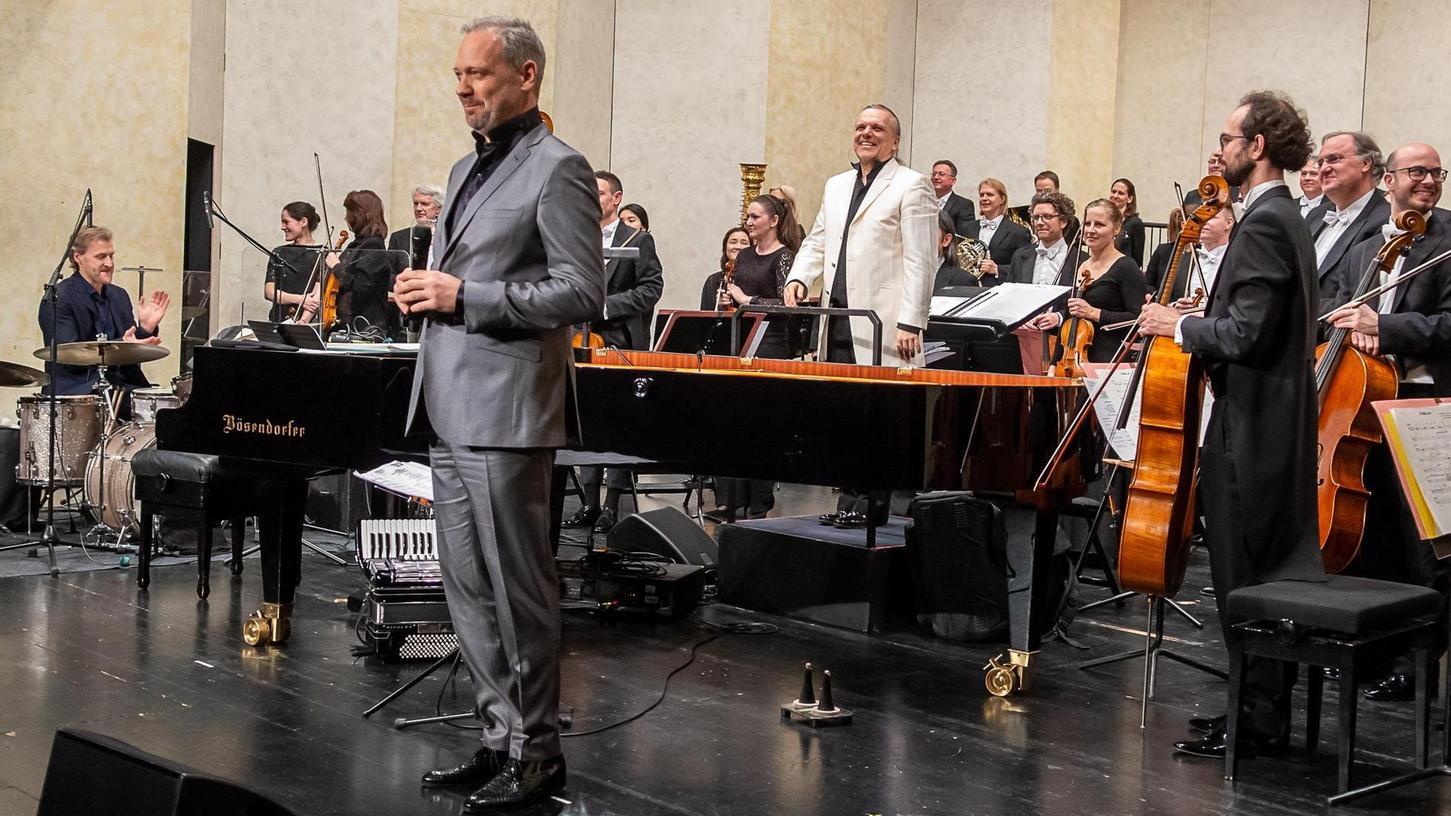 Da haben sich zwei gesucht und gefunden: Thilo Wolf (vorn) und Dirigent Enrique Ugarte (im weißen Sakko) huldigten George Gershwin mit Herz und Leidenschaft.