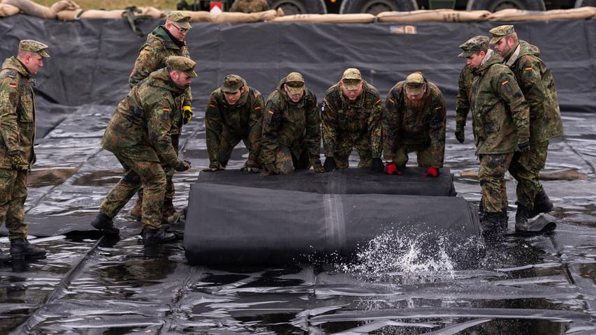 Soldaten der Bundeswehr entfalten in Niedersachsen eine Tankblase in einem Tanklager. An der Übung nehmen 37.000 Soldaten aus 18 Nationen teil, rund 20.000 Soldaten werden dabei aus den USA nach Europa verlegt.
