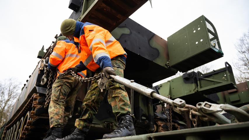 Eine Panzerhaubitze der US-Armee vom Typ M109A6 wird während der Übung