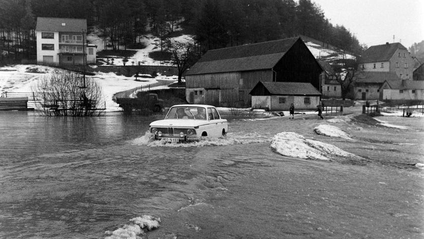 Wenige Tage, nachdem vor 50 Jahren ergiebige Schneefälle in der Region mehrere Hallen und Scheunen zum Einsturz gebracht hatten, sorgte plötzlich einsetzendes Tauuwetter, gepaart mit lang andauernden Regengüssen für das schwerste Hochwasser seit Jahrzehnten. Die Täler von Auerbach über Pegnitz bis zur Fränkischen Schweiz glichen Seen, in denen einzelne Gehöfte wie Inseln wirkten. Ganze Landstriche waren im Februar 1970 von der Außenwelt abgeschnitten, etwa rund um den Bahnhof Michelfeld oder im Raum Mosenberg-Ranna, wo Schulbusse bis zu 35 Kilometer Umweg fahren mussten. In Pegnitz war sogar die B2 am Fuß des Schloßbergs überschwemmt. Foto: NN-Bildarchiv
