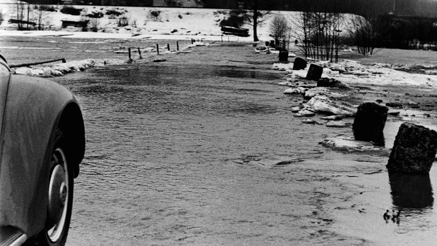 Wenige Tage, nachdem vor 50 Jahren ergiebige Schneefälle in der Region mehrere Hallen und Scheunen zum Einsturz gebracht hatten, sorgte plötzlich einsetzendes Tauuwetter, gepaart mit lang andauernden Regengüssen für das schwerste Hochwasser seit Jahrzehnten. Die Täler von Auerbach über Pegnitz bis zur Fränkischen Schweiz glichen Seen, in denen einzelne Gehöfte wie Inseln wirkten. Ganze Landstriche waren im Februar 1970 von der Außenwelt abgeschnitten, etwa rund um den Bahnhof Michelfeld oder im Raum Mosenberg-Ranna, wo Schulbusse bis zu 35 Kilometer Umweg fahren mussten. In Pegnitz waren sogar die B2 am Fuß des Schloßbergs und das Lager von Möbel Wermuth in der Schloßstraße überschwemmt. Foto: NN-Bildarchiv