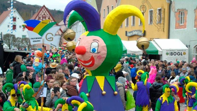 Maskiert, aber noch ohne Masken: Ausgelassene Stimmung beim Berchinger Faschingsumzug im Jahr 2020.