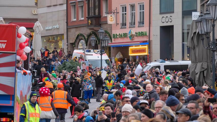 Zum traditionellen Gaudiwurm strömten rund 80.000 Narren auf die Straßen.