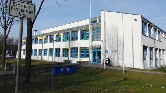 In der Nähe der Forchheimer Polizeiinspektion: Unbekannte demolieren Turnhallen-Tür