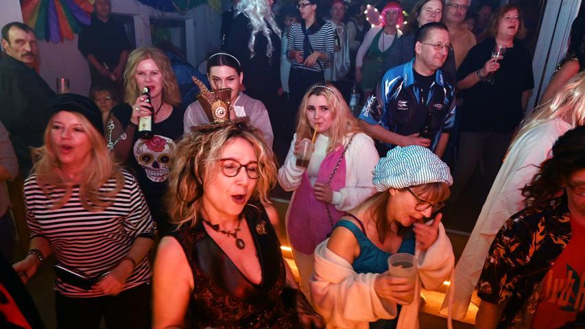 """Nur zögernd füllte sich das E-Werk beim Rosenmontagsball. Gegen Mitternacht aber waren die drei Areas dann proppenvoll. Vor allem in der Clubbühne (Foto) machte die Life-Band """"Motion Sound"""" mächtig Dampf. Aber auch im Saal, wo DJ Carlos auflegte, war die Stimmung prächtig. .Foto: Klaus-Dieter Schreiter"""