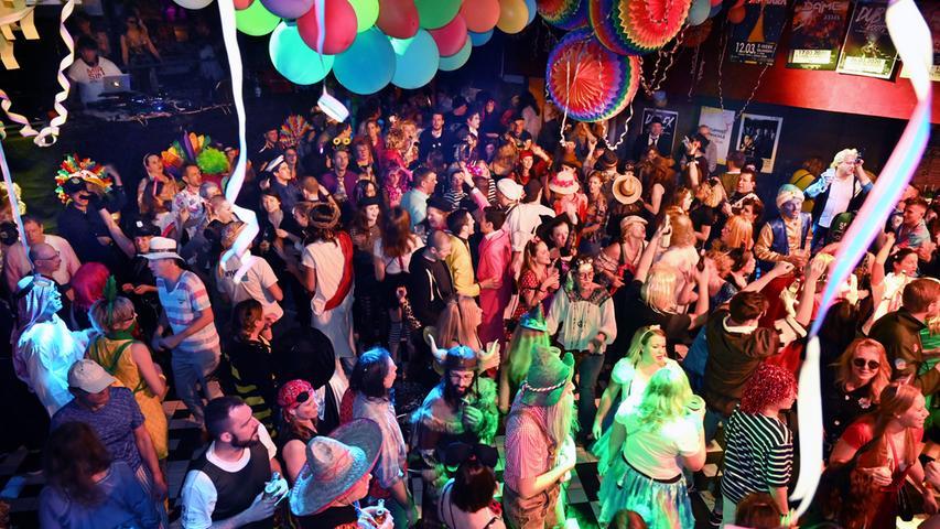 """Nur zögernd füllte sich das E-Werk beim Rosenmontagsball. Gegen Mitternacht aber waren die drei Areas dann proppenvoll. Vor allem in der Clubbühne machte die Life-Band """"Motion Sound"""" mächtig Dampf. Aber auch im Saal (Foto), wo DJ Carlos auflegte, war die Stimmung prächtig. .Foto: Klaus-Dieter Schreiter"""