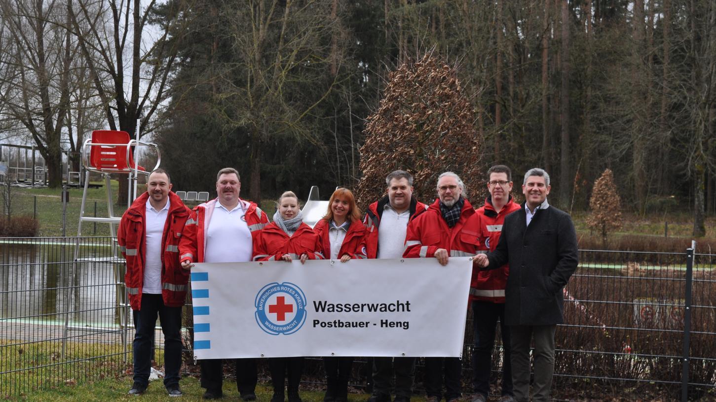 Die Wasserwacht Postbauer-Heng ist nach mehrjähriger Pause wieder reaktiviert: Andreas Walter, Sven Kassner, Jutta Otto, Kerstin Walther, Jörg Kaiser, Mirko Stüdemann, Vorsitzende der BRK-Kreiswasserwacht Neumarkt und Bürgermeister Horst Kratzer (von links).