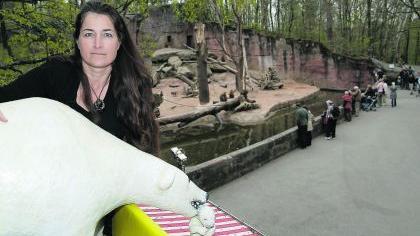 Manuela Dilly mit Eisbären-Skulptur auf dem Verkaufsstand beim Paviangehege.