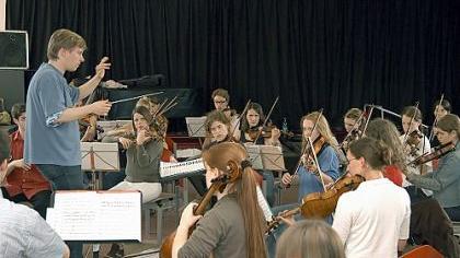 Frisch gestrichen: Bernd Müller - hier bei der Probenarbeit - hat seinen jungen Klangkörper gut im Griff und kann ihn zu beachtlichen Höhenflügen motivieren. Das war auch im Stadttheater hörbar.