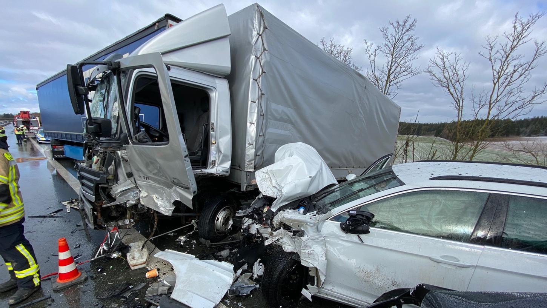 Insgesamt sieben Lastwagen waren in den Unfall involviert.