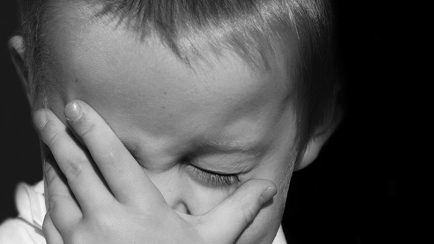 Ähnlicher Tipp wie bei einer Erkältung: Nicht die Augen, die Nase und den Mund berühren! Einfach erklärt: Im Alltag berührt man ganz viele Oberflächen, wobei die Hände Viren aufnehmen können. Wenn die Hände einmal kontaminiert sind, kann das Virus auf Augen, Nase und Mund übertragen werden. Das Virus kann von dort in den Körper eindringen undkrank machen.