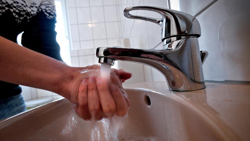 Händewäschen hilft, der zweithäufigsten Infektionsart in Bayern vorzubeugen: dem Norovirus. 10.068 Infektionen wurden 2019 nachgewiesen. Eine Infektion ist durch starke Durchfälle und heftiges Erbrechen gekennzeichnet.