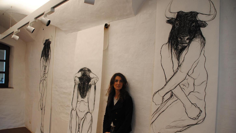 """Corinna Smok mit ihren drei großen Minotauren. Das """"Zweisein"""" – so der Titel ihrer Ausstellung – wird deutlich durch die Verwandlung des Menschen zum Stier."""