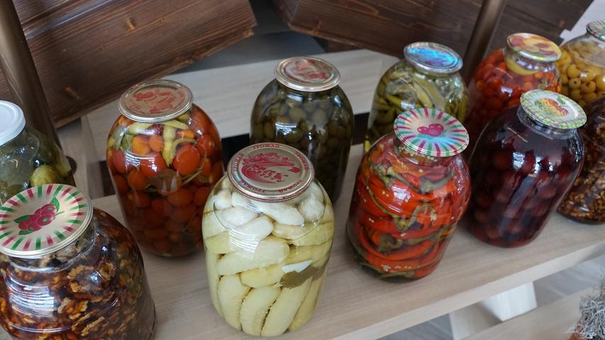 4 Kilogramm Hülsenfrüchte und Gemüse (in Dosen oder Gläsern).