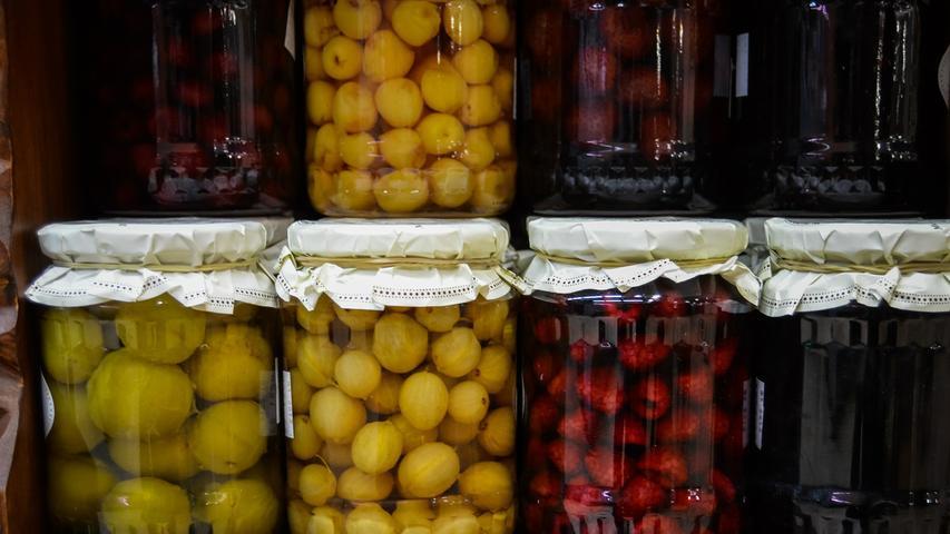 2,5 Kilogramm Obst (in Dosen oder Gläsern) und Nüsse.