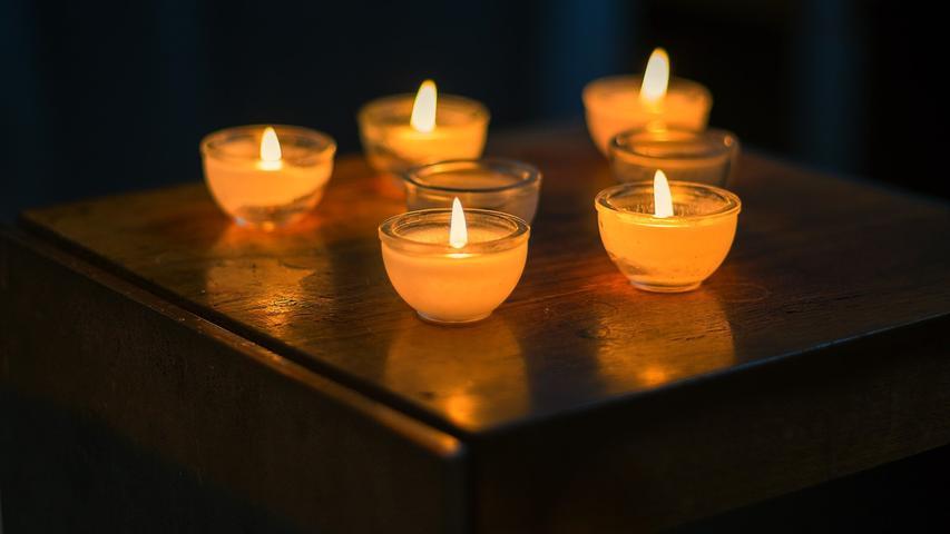Kerzen und Teelichter samt Feuerzeug und Zündhölzer.