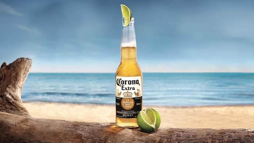 Corona Bier ist normalerweise eines der beliebtesten Biere weltweit. Traditionell wird es mit einer Limette serviert.