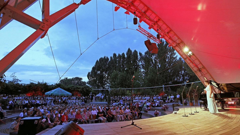 """Die Arena im Neumarkter LGS-Park ist jeden Sommer Bühne zahlreicher Veranstaltungen. Hier die Internationale Meistersinger Akademie (IMA) mit ihrem Open-Air-Konzert """"Cabaret""""."""