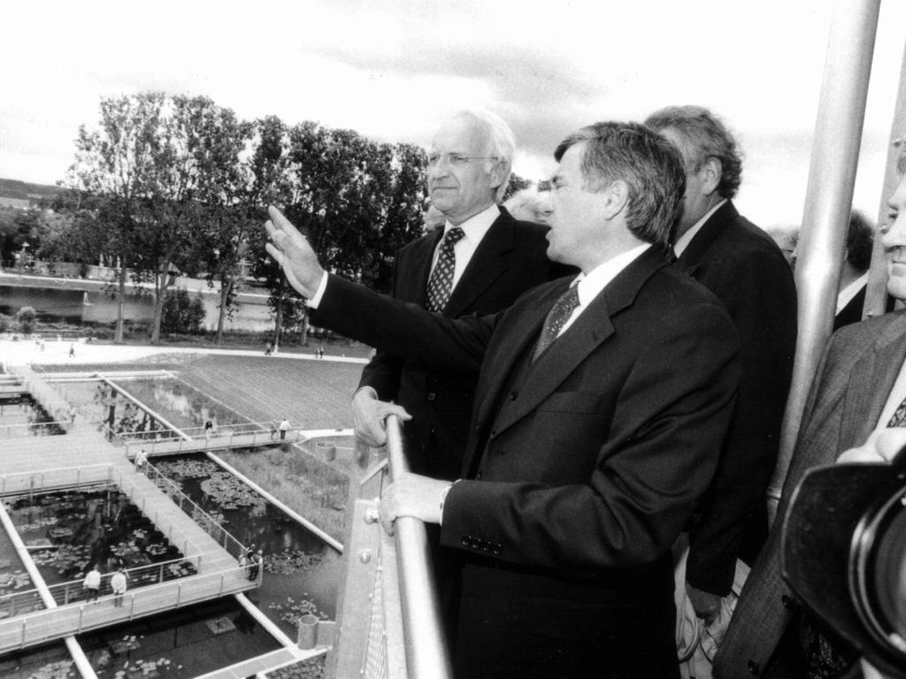 An den Wassergärten: Der damalige OB Alois Karl mit Ministerpräsident Edmund Stoiber (li.) und den Abgeordneten Hans Spitzner (hinten) und Herbert Fischer (re.).