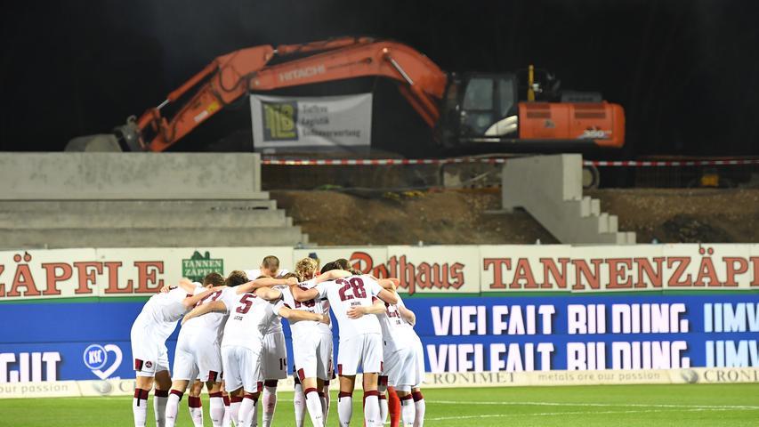 """Zum Kellerduell trat der Club am Freitagabend gegen den Karlsruher SC an. Wie Jens Keller im Vornherein sagte, """"wird am Freitag nichts entschieden"""", als wichtiges Spiel ordnete er es aber natürlich dennoch ein. Dass auch seine Spieler das so sahen, zeigten sie auf dem Platz mit Zweikampfhärte und mutigem Pressing. Der KSC hielt aber lange dagegen, bis Patrick Erras die Nürnberger jubeln ließ. Damit feiert der Club nach zwei sieglosen Spielen wieder einen im Abstiegskampf so wichtigen Dreier."""