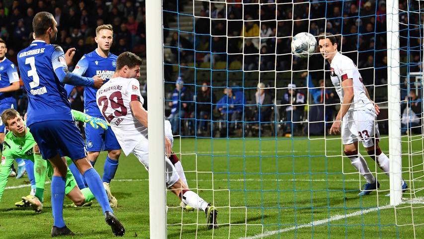 Eben diese Ecke sollte aber zur Nürnberger Führung in der langweiligsten Phase des Spiels führen. Uphoff rutscht die Kugel durch die Hände und Patrick Erras muss nur noch den Kopf hinhalten, um den Club jubeln zu lassen.