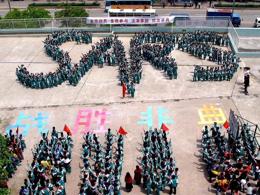Das neuartige Coronavirus ähnelt dem SARS-Virus, das 2002 und 2003 eine Pandemie auslöste, die erste im 21. Jahrhundert. Erstmals im November 2002 wurde in der chinesischen Provinz Guangdong das schwere akute Atemwegssyndroms (SARS) beobachtet.  Insgesamt gab es über 8000 Fälle und knapp 800 Tote.