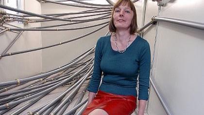 Annette Voigt macht profane Kunststoffrohre zu edlen Hauptdarstellern. Die Kanten der Rohrmuffen hat sie rundum vergoldet.