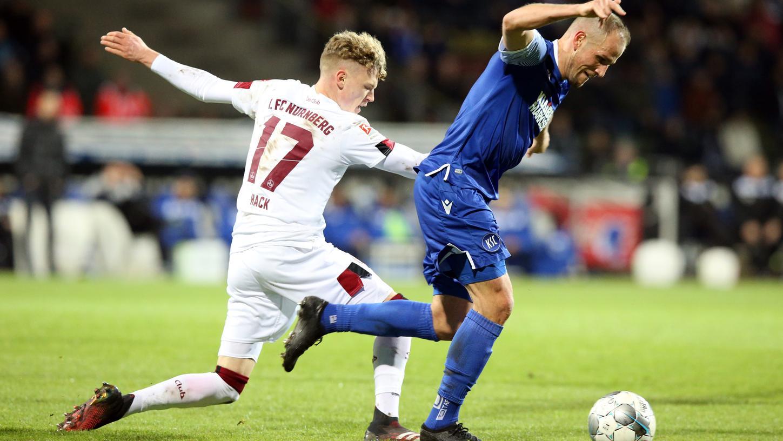 In der 82. Minute brachte Nürnbergs Robin Hack Karlsruhes Manuel Stiefler im Strafraum zu Fall. Der Pfiff des Schiedsrichters blieb allerdings aus.