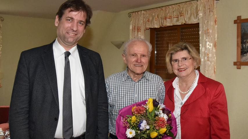 Willibald Zöllner feierte bei guter Gesundheit in Schellenberg seinen 90. Geburtstag. Zöllner arbeitete 33 Jahre in der Landwirtschaft, bevor sein Bruder den elterlichen Hof übernahm. Er erinnert sich trotz der Schwere der Arbeit gern an die Zeit, wenn er mit Pferdegespannen den Acker im Frühjahr pflückte. Was heute als gute alte Zeit gesehen wird, war damals zeitintensive Arbeit, sagt er. Später entschloss er sich, eine Stelle in Erlangen beim Elektrogroßhandelsunternehmen FEGA anzunehmen. Die Arbeit habe ihm immer viel Spaß gemacht. 29 Jahre blieb er der Firma treu, bevor er in den Ruhestand ging. 1966 heiratete Willy, wie er liebevoll von seiner Frau gerufen wird, in Neunkirchen. Gerne denkt er auch an frühere Urlaube zurück. Er ging mit seiner Familie auf Wandertouren in Südtirol oder flog auf die Kanaren. Heute freut er sich über seine zwei Kinder und vier Enkelkinder, die ihren Opa gerne besuchen. Mit der Pflege seines Kräutergartens vertreibt sich der Jubilar die Zeit und wird liebevoll von seiner Frau umsorgt. Zu den Gratulanten mit den besten Glückwünschen gehörten Landrat Hermann Ulm (li) und Bürgermeisterin Gertrud Werner (re).