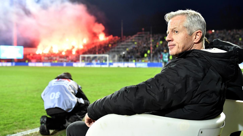 Nicht alles, was auf den Rängen so vor sich geht, stößt bei Club-Trainer Jens Keller auf Zustimmung.