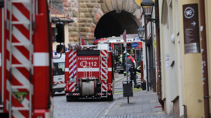 Am Donnerstag (05.03.2020) kam es in der Nürnberger Altstadt am Albrecht-Dürrer-Platz zu einem vermutlichen Dachstuhlbrand. Der aufsteigende Rauch war auch aus weiter Entfernung noch zu sehen. Die Einsatzkräfte sind zahlreich vor Ort und öffnen aktuell den Dachstuhl. Über Verletzte ist derzeit noch nichts bekannt. Foto: NEWS5 / Oßwald Weitere Informationen... https://www.news5.de/news/news/read/17330